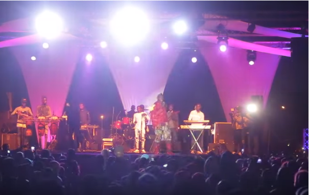 Chute spectaculaire de Ouzin Keita au concert de Assane Ndiaye